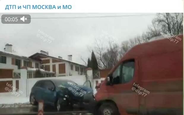 На Муравской автофургон врезался в легковушку