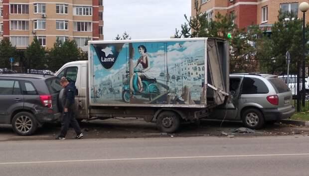 Водитель «Газели» уснул за рулем и повредил две припаркованные машины