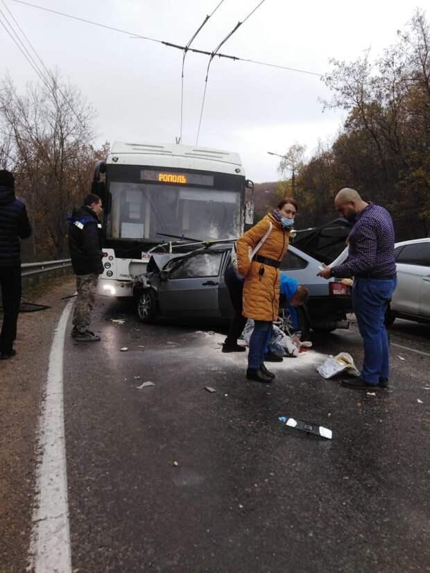 На Ангарском перевале столкнулись легковушка и троллейбус. Погибло 4 человека