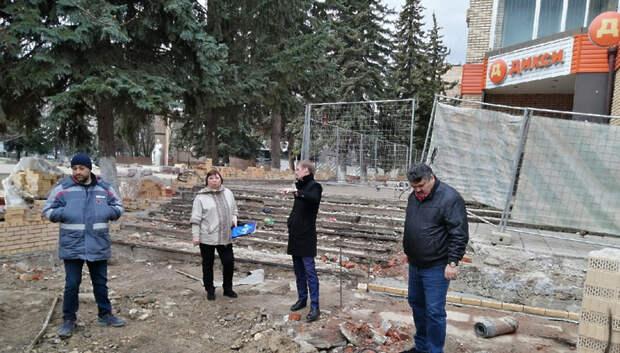 Рабочие заменили асфальт на брусчатку на Октябрьской площади в Климовске