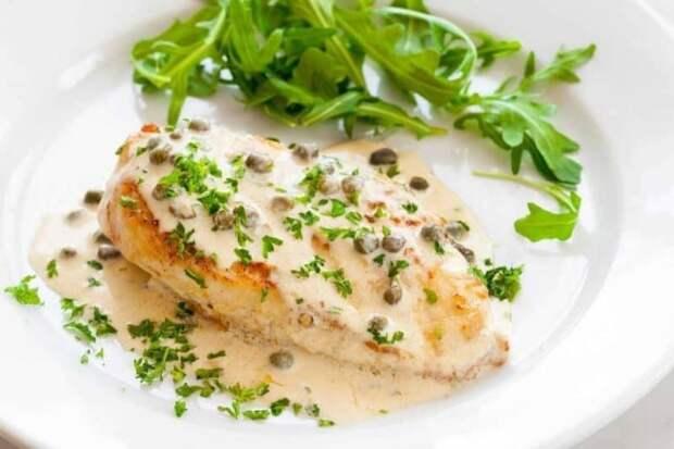 Куриное филе в кремовом соусе. Сочное мясо со свежими или отварными овощами 2
