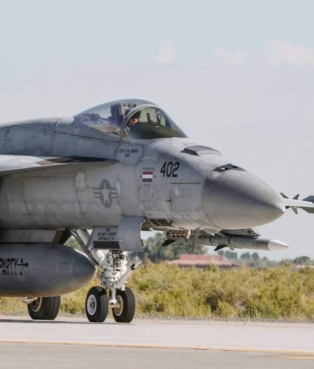 """Истребитель-бомбардировщик ВМС США получил знак за сбитую в Сирии """"Сушку"""""""