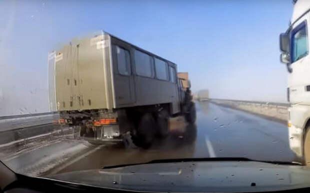 Невероятный маневр: водитель Урала ловко ушел от столкновения