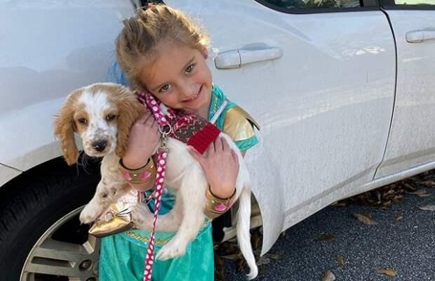 Услышав странный звук, женщина обнаружила выброшенных в мусорный бак собаку со щенком