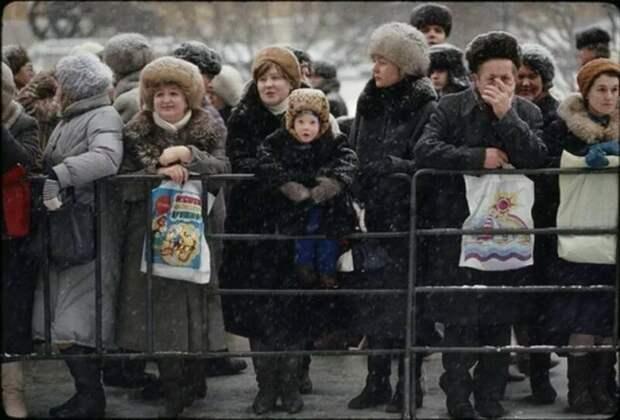 """В ожидании детей после """"Кремлевской Ёлки"""", 1986 год, Москва ретро фото, фотт, это интересно"""
