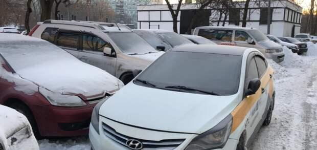 Во дворе на Декабристов таксист перекрыл выезд с парковки