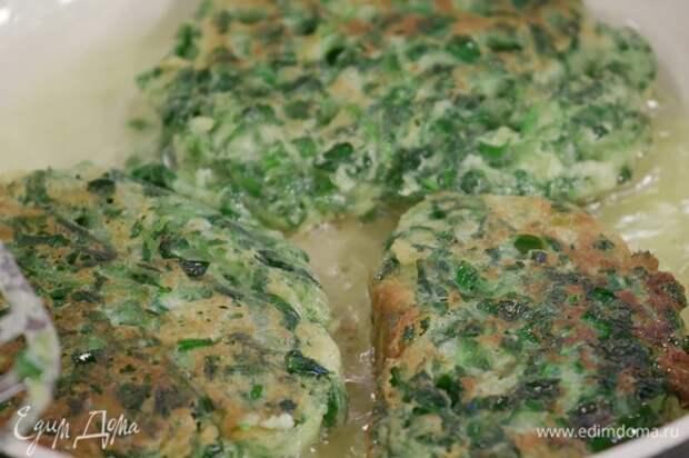Испечь оладьи с двух сторон на разогретой с оливковым маслом сковороде.