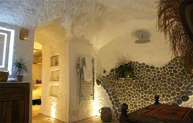 Мужчина построил в пещере дом со всеми удобствами