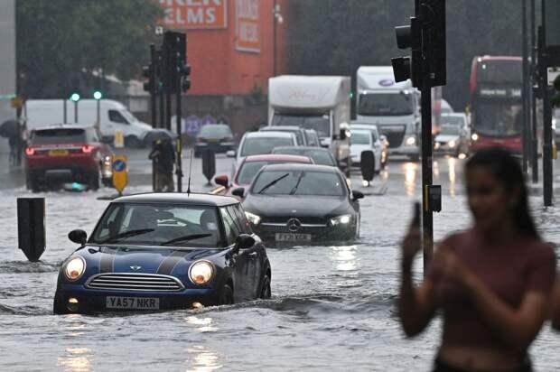 Сильный ливень затопил десятки улиц Лондона (Видео)