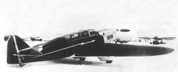 САМ-10 1938 года. В остекленной сверху и боков кабине размещались один пилот и пять пассажиров. Несколько шокированное его скоростными параметрами, руководство настояло на отказе от убираемого шасси, поэтому на фото оно в обтекателях, исходно отсутствовавших в проекте. Легко видеть, что это моноплан чистых аэродинамических форм, без подкосов, второго крыла, расчалок  и тому подобного. Почему в 2020 году мы не можем сделать массовый легкий самолет сходной, нормальной аэродинамики? / ©Wikimedia Commons