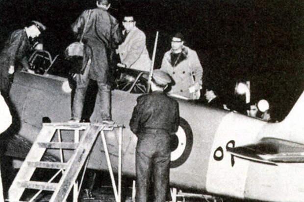 Израильские специалисты осматривают самолёт Як-11, угнанный Махмудом Хильми Источник: shaon.livejournal.com - Операция «Пенициллин» | Военно-исторический портал Warspot.ru