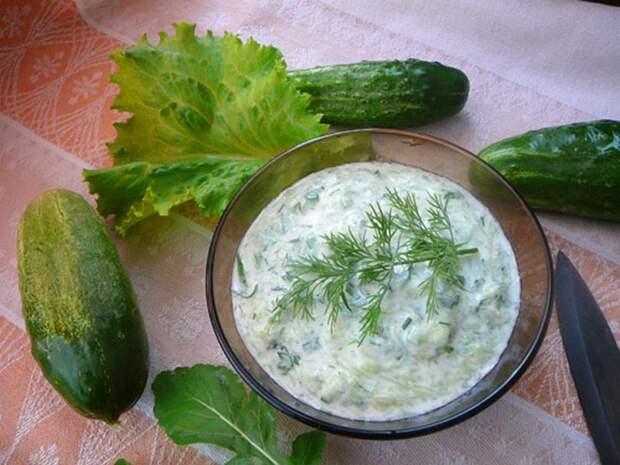 Лёгкий соус со сметаной и свежим огурцом. \ Фото: a-rating.ru.