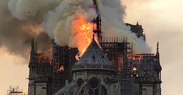 Собор Нотр-Дам горит в Париже. Обрушился шпиль