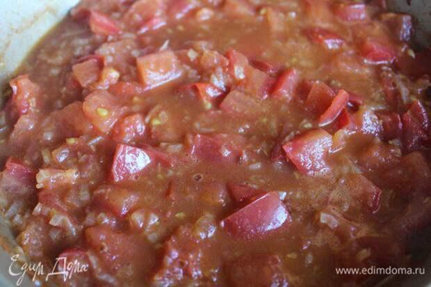 Добавить рубленные томаты, довести до кипения, через 2 минуты переложить всё в сотейник. Туда же влить куриный бульон, заправить содержимое сотейника медом, одной чайной ложкой рубленой кинзы, посолить, поперчить, довести все это до кипения, убавить огонь и томить едва булькающую гущу несколько минут, время от времени помешивая.