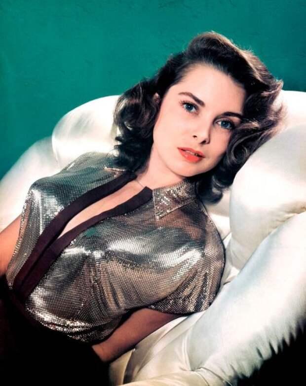 Блестящий верх в наряде подчёркивает смелость актрисы.