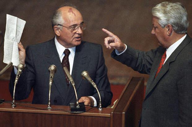 Михаил Горбачёв и Борис Ельцин во время вечернего заседания внеочередной сессии ВС РСФСР