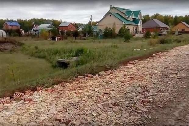 Идем дорогой трудной: в Омской области вместо асфальта положили битые кирпичи