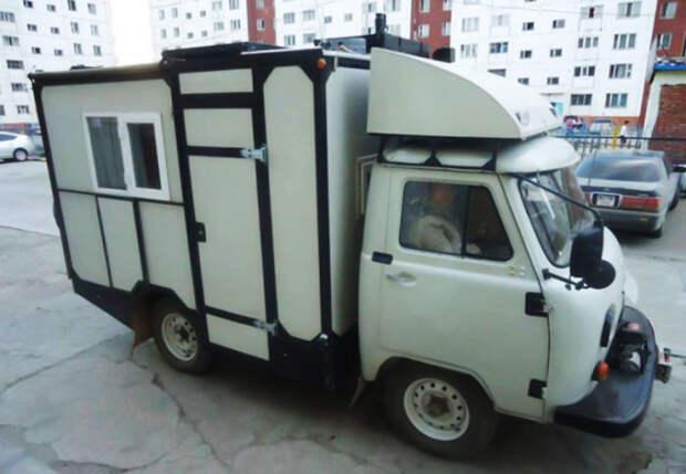 Утилитарный фургончик переоборудовали в дом на колесах. | Фото: carakoom.com.