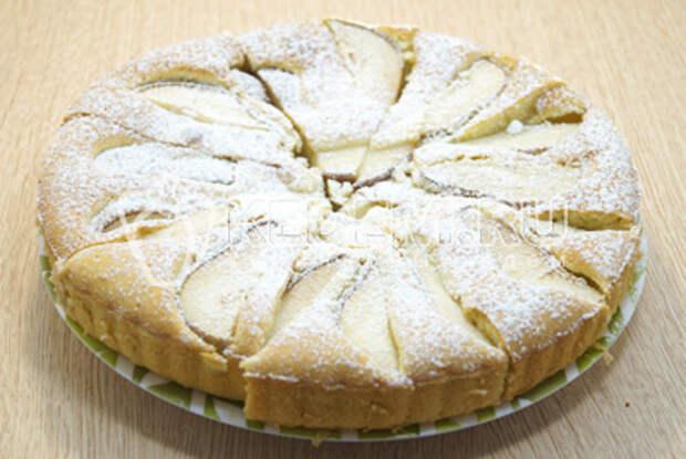 Готовый пирог присыпать сахарной пудрой.