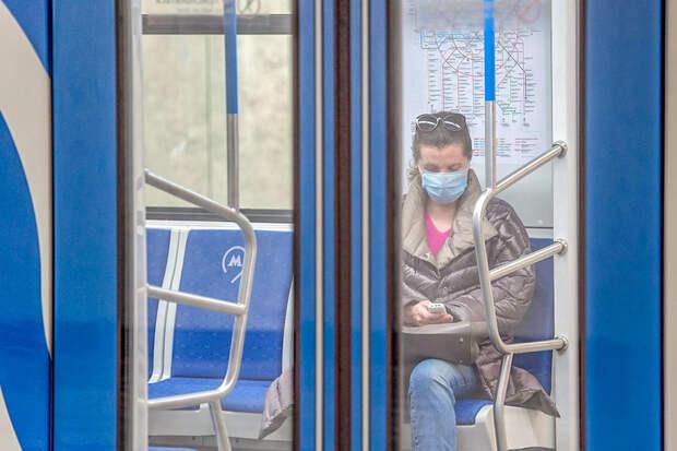 Москвич упал в обморок в метро из-за нехватки воздуха в респираторе