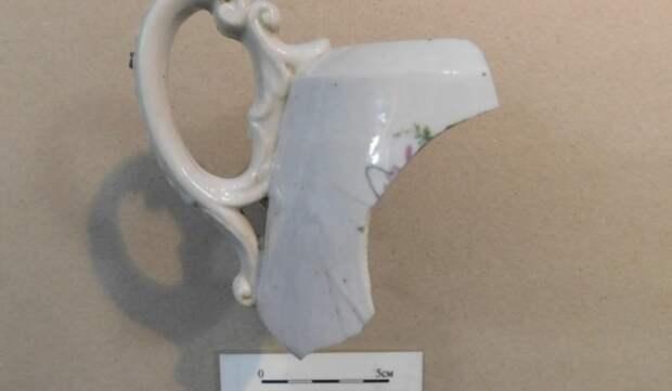 В Пересветовом переулке были найдены посуда и аптечные стеклянные флаконы конца XIX — начала XX века