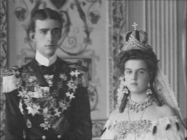 Мария Павловна, дочь великого князя Павла Александровича на свадебном фото (видны серьги-вишенки, диадема Елизаветы Алексеевны и утраченная венчальная корона).