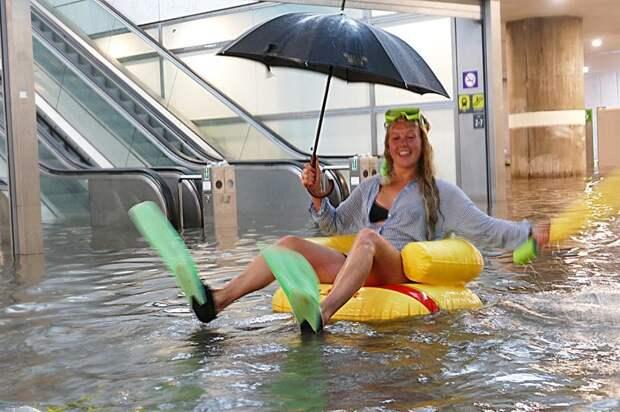 Затопленный после дождей вокзал в Швеции превратили в бассейн Uppsala Central Station, sweden, wtf, ynews, бассейн, вокзал, ливни, стихия