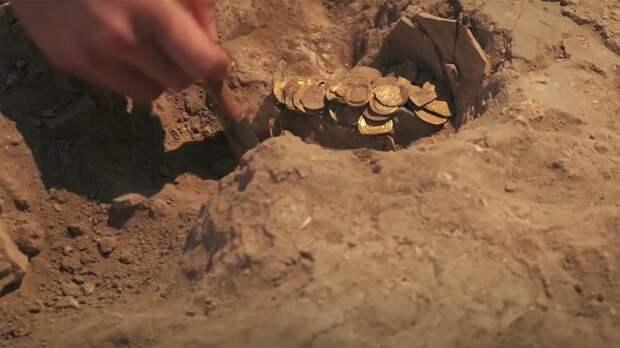 В Израиле нашли древнеримские монеты, превратившиеся в цельный кусок золота