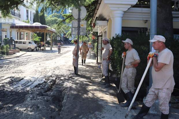 Справиться с последствиями потопа крымчанам помогает 21 тысяча военных