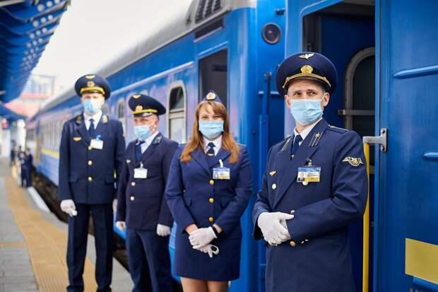 За первый день новых правил перевозок на поезда не попали десятки людей