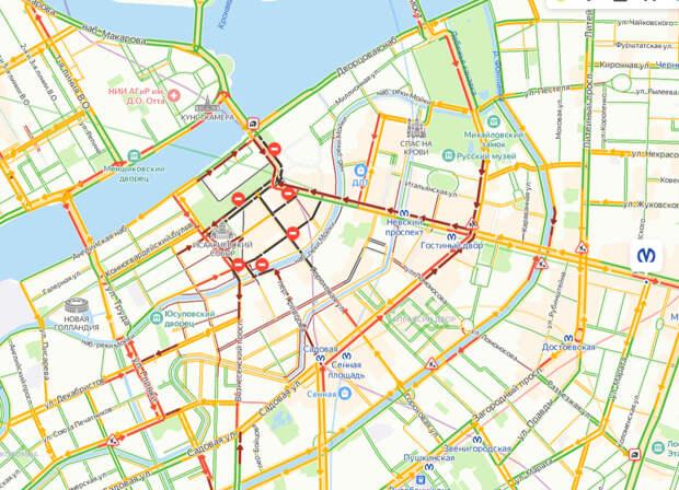 Дороги в центре Петербурга окрасились бордовым и черным. Пробки растут на маршрутах митингующих