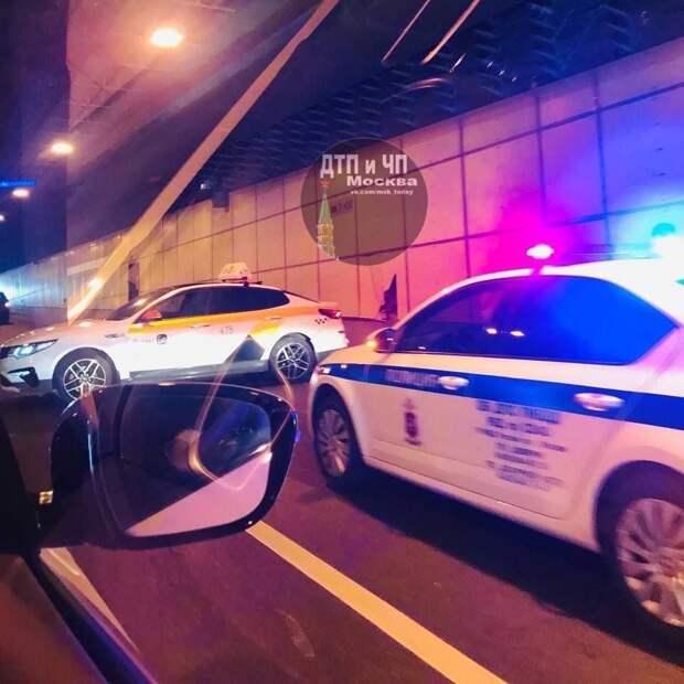 Таксист снёс стену в тоннеле на проспекте Маршала Жукова