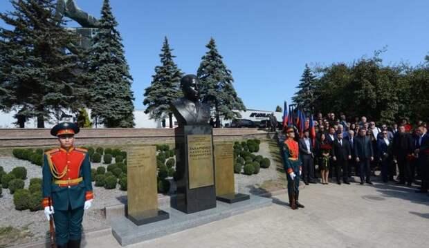 Отдавшему жизнь ради тысяч других сердец: в Донецке открыли памятник Александру Захарченко