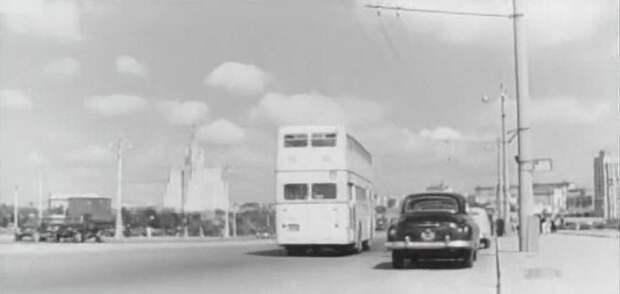 Затем любуется необычной машиной, прогуливаясь возле «Украины»: СССР, авто, автобус, кино, москва, общественный транспорт, троллейбус