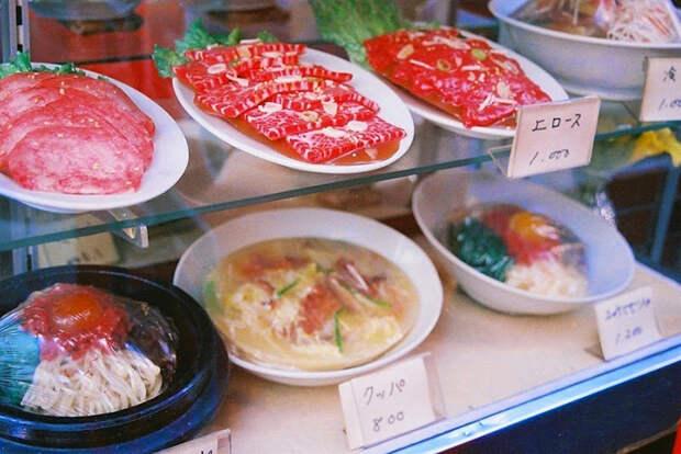 Все блюда на витринах в Японии сделаны из пластика.