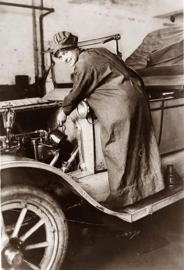 Розали Джонс, продавец автомобилей, ок. 1920 г. 20 век, автомеханик, женщина 20 век, женщина и авто, женщина и машина, механики, ретро фото, старые фото