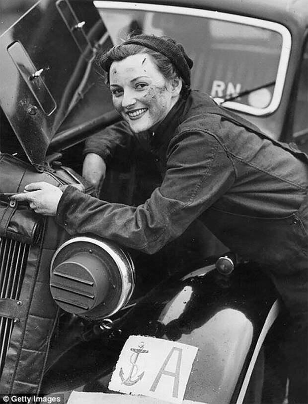 Водитель автотранспорта из Женской службы Королевского военно-морского флота (WREN) ремонтирует двигатель своей машины. 28 января 1943 г. 20 век, автомеханик, женщина 20 век, женщина и авто, женщина и машина, механики, ретро фото, старые фото
