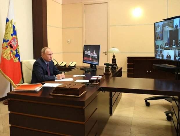 """Путин призвал """"не стрелять себе в ногу"""" ответом на блокировки зарубежных интернет-компаний"""