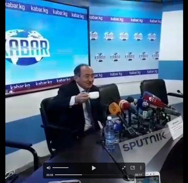 Министр здравоохранения Киргизии на камеру выпил разогретый в чайнике яд