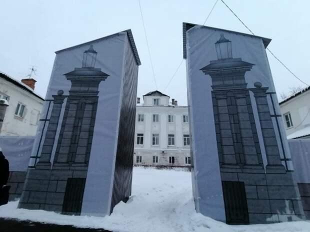 Ворота Ливенцевых в Туле украсили не только саркофагом, но и занавесками