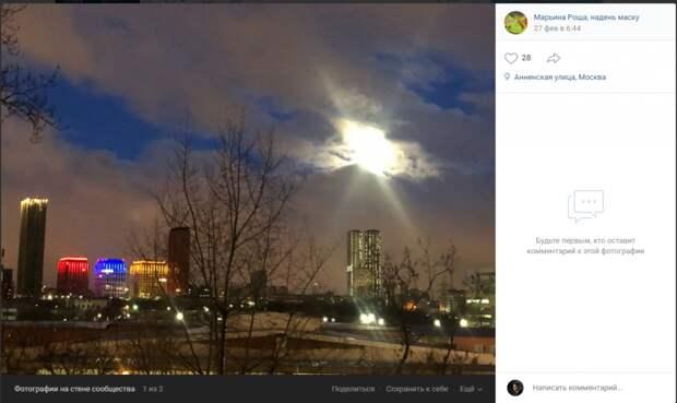 Фото дня: «небесный фонарь» на Анненской осветил темное небо