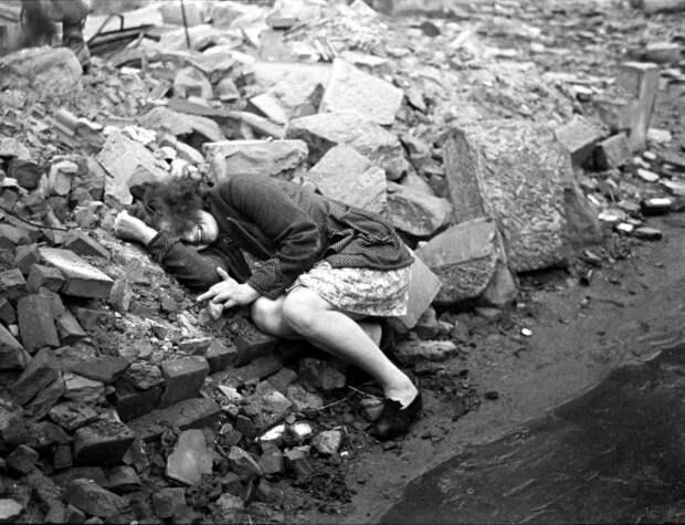 Германия, Дессау, 1945 год - Женщина, рыдающая на развалинах своего дома