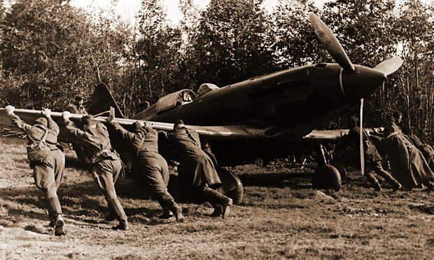 Механики закатывают в укрытие истребитель МиГ-3 из 401-го ИАП ОСНАЗ, июль 1941 года - Тяжёлое испытание для испытателей | Военно-исторический портал Warspot.ru