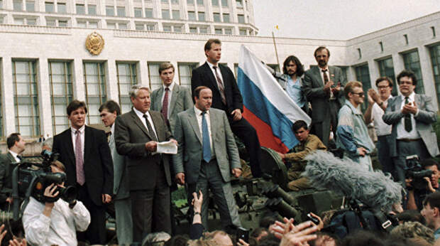 Конец коммунистического эксперимента: рукотворный или исторический?