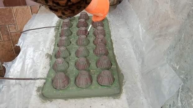 Из яичных лотков и цемента мастерица творит красоту для участка
