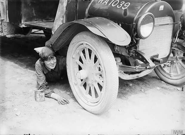 Фото - Эрнест Брукс, 1916 г. 20 век, автомеханик, женщина 20 век, женщина и авто, женщина и машина, механики, ретро фото, старые фото