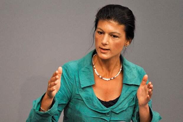 Сара Вагенкнехт, являющаяся депутатом Бундестага, обвинила Меркель в лицемерии