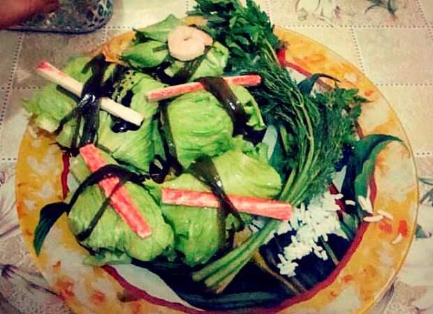 Листья салата, фаршированные креветками