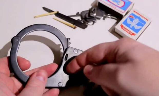 Взлом наручников из разных стран. Механик взял отмычку и нашел самые надежные