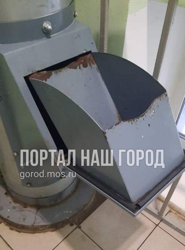 В доме на бульваре Яна Райниса починили ковш мусоропровода